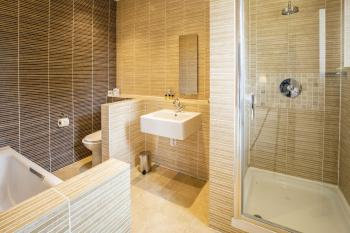 Executive en suite bathroom