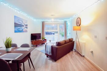 """Bright Home, Free Parking, Fast Wifi - the large living area, with 42"""" smart TV"""