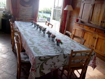 Grande table familiale dans la salle  manger