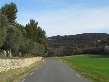 la route touristique vers GORDES en quittant LAGNES