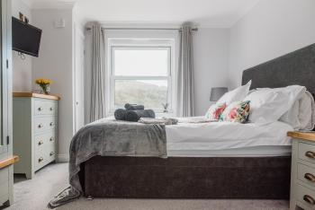Number Seven - Bright and airy king-sized bed