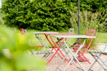 Terrasse autour de la piscine avec salon de jardin