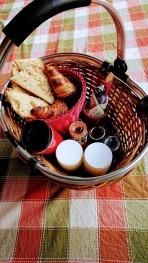 petit déjeuner(jus pressé, yaourth maison, croissants , pains, confitures, miel, boisson chaude