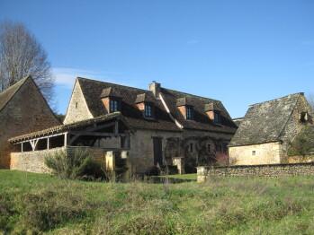 Vue sur le hameau de gauche à droite: (la cuisine, le auvent, la maison, le four à pain)