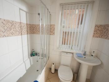 Marley Mansions Apartment Borough - GROUND FLOOR BATHROOM