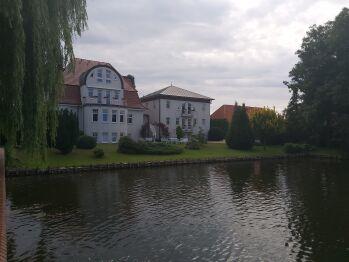 Sicht vom Teich auf das Hotel
