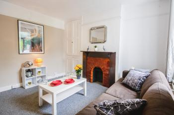 Charming 3 Bed House - Parking Available - Large Garden - Living Room