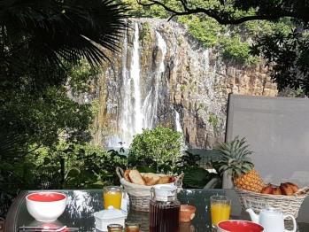 Vue sur la cascade depuis la terrasse en bois du Cardinal