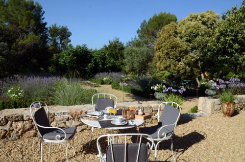 Petit-déjeuner devant les magnifiques jardins