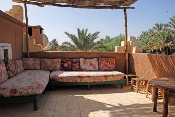 salon sur la terrasse avec vue sur la palmeraie