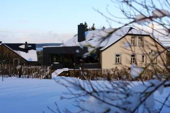 Arrière de la maison sous la neige