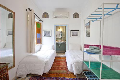 tres camas-Estandar-Baño Privado-Vista al patio acceso al balcón