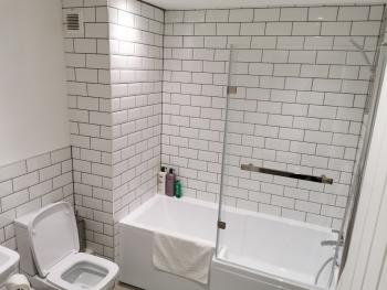Jesmond Suite - Bathroom with full tub and shower