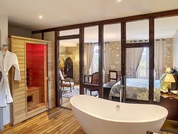 40m2 avec sauna et baignoire îlot. Sol en teck