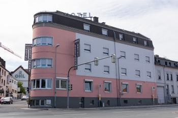 Blick vom Bahnhof auf das Hotel