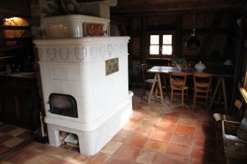 poele en faïence traditionnel Alsacien près du coin repas