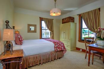 Room 24 - Queen