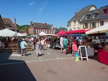 Cambremer et son marché dominical en été