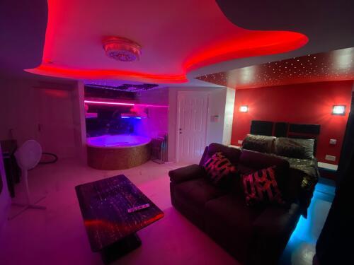 Apartment-Romantic-Jacuzzi-Suite 13 - Base Rate