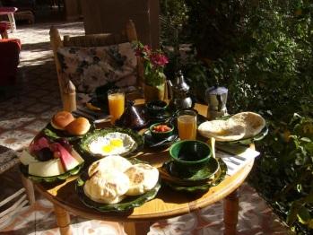 la table du petit déjeuner dans le jardin