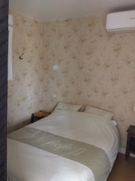 lit dans la pièce de séjour