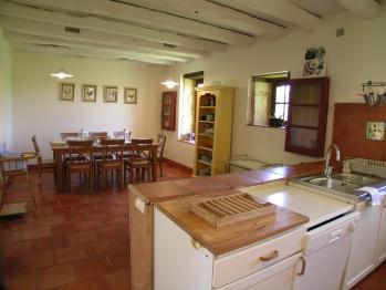 Grande cuisine américaine / salle à manger dans une petite maison attenante