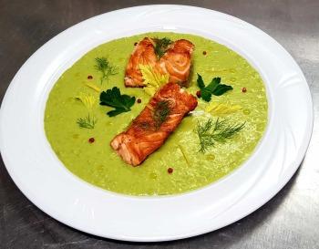 Salmone grigliato su letto di spinaci e basilico