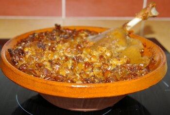 A la table d'hôtes : un grand classique du sud-ouest, le cassoulet servi dans un plat en terre-cuite, la cassole