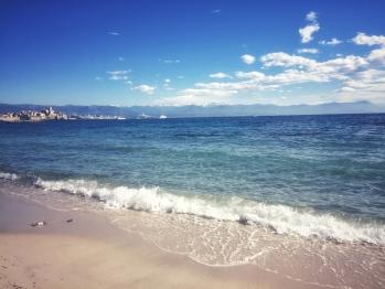 ⛱ Plage d'Antibes et les sommets enneigés