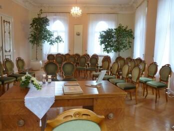 Barocksaal geben sich das JAWORT in unserem Standesamt und anschließend ist eine kleine Kapelle im Park  für Gottes Segen geöffnet.