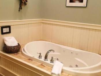 luxuriate in a jaccuzzi bath in Cedar