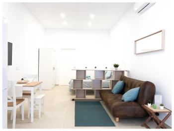 Estación - Centro Vialia 2 - Vista del estudio con zona de estar en primer lugar y zona de dormiir al fondo