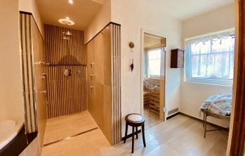 Badezimmer mit Sauna & Wirlpoolbadewanne