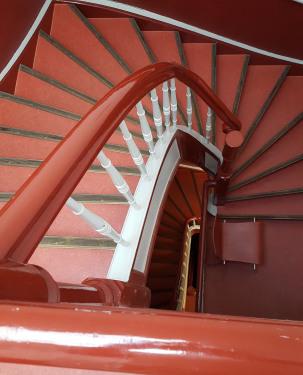 Blick von oben (Apartment Op'n Deck) in das Treppenhaus hinab