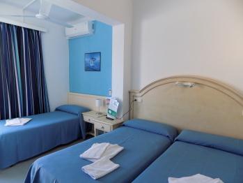 Triple-Básico-Habitación con lavabo-Balcón-Con Baño Compartido