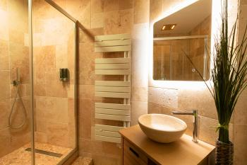 Salle de bain en pierre et sa chromothérapie