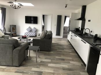 Barn Cottages Iscoyd - Lounge and kitchen in number 2
