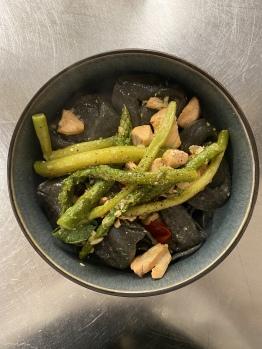 Schwarze Pasta mit Lachs und Spargel