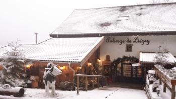 L'auberge de Liézey sous une fine neige