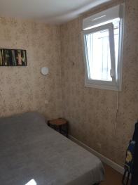 fenêtre lit dans la pièce de séjour avec volet roulant