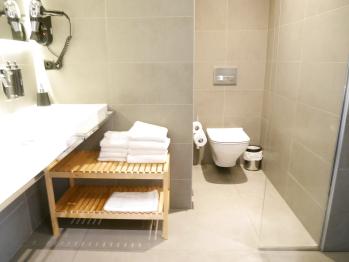 Salle de bains avec WC suspendus