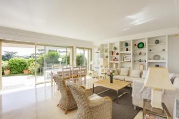 Salon ouvert sur le jardin privatif et la mer