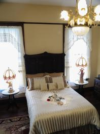 Hassinger Daniels BB -- VICTORIAN CHAMBER ROOM -- Main floor, Double, Queen, Ensuite bathtub/shower