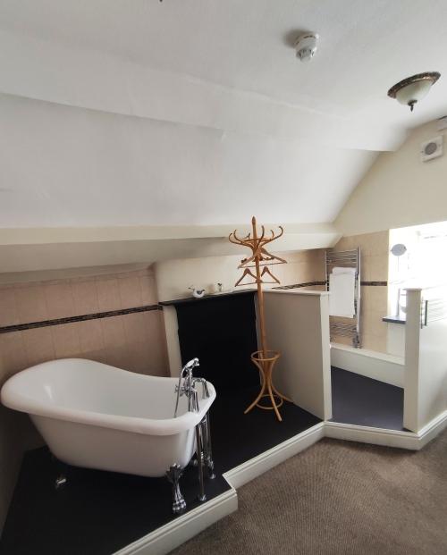 Single room-Designer-Ensuite with Bath - Base Rate