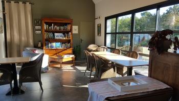 Salle à manger avec bibliothèque et coin salon