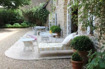 MaisonMaya_la terrasse de la cour sur toute sa longueur