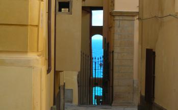 Gebäude Tropea mit Tor und Meer im Hintergrund © Ferienwohnung Casa Belle Vacanze