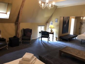 Chambre Nature, l'Instant La Ferme au RDC, avec un espace nuit, un bureau et un salon avec un cli-clac si besoin