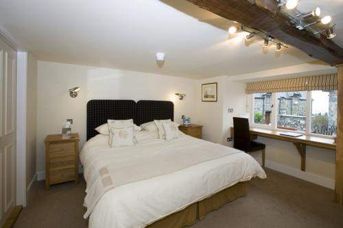 Double or Twin-Classic-Ensuite with Bath-Street View-Room 2 Rhuddlan