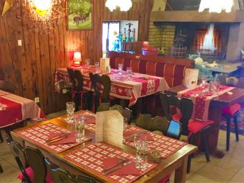 Salle de restaurant avec la cheminée